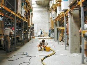 Mit der innovativen URETEK Betonboden-Hebetechnik zur sicheren Lösung in Industriehallen!