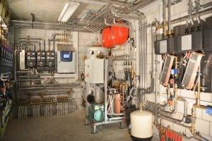 Der Technikraum der BMS-Energietechnik AG vereint die die Solar-und Frischwassertechnik inkl. Gesamtsteuerung mit der Modultechnik BMS power. Dieser Raum dient nebst der Versorgung des Firmengebäudes mit Warmwasser, Heizung und Klimatisierung auch zu Forschungs- und Schulungszwecken