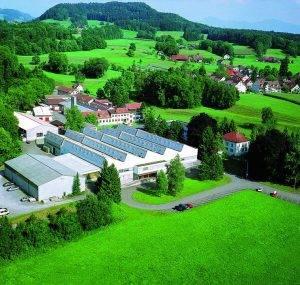 Das Firmengelände der TROX HESCO Schweiz AG im schönen Zürcher Oberland aus der Luft betrachtet.