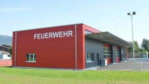 Fassadenbau – Die Fassadenverkleidung mit Holzunterkonstruktion, Aussenisolation und sichtbarer Kunstharzplattenverkleidung am neuen Feuerwehrgebäude im solothurnischen Neuendorf, wurde von der Hans Blattner AG erstellt