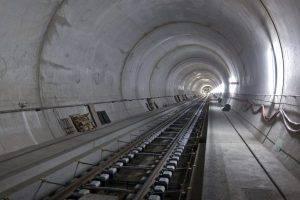 Die definitiven Schienen werden im Tunnel betoniert, aufgenommen am Donnerstag, 29. März 2012, in der Ost-Roehre des Gotthard-Basis Tunnels, etwa 5 Kilometer von Erstfeld entfernt. (Keystone/Gaetan Bally) *** NO SALES, NO ARCHIVES *** === NO SALES, NO ARCHIVES ===