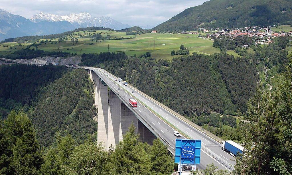 """Die Europabruecke auf der Brennerautobahn in Tirol, aufgenommen am Freitag, 18. Juni 2004 ist nach einer Studie, die vom deutschen Magazin """"P.M."""" in Auftrag gegeben wurde, angeblich nicht verkehrssicher. Angeblich birgt sie ein erhebliches Gefahrenpotential bei Unfaellen. (AP Photo/Andreas Fischer)"""