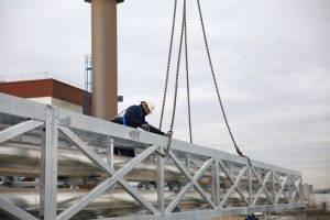 Montage der 27 m langen Rohrbrücke