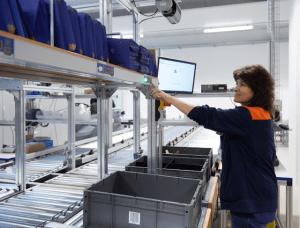 Multi-Order-Picking-Kommissionierplätze für Kleinteile und Paletten, unterstützt durch Pick-by-Light