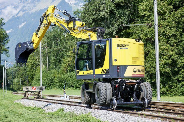 •Schienenbagger S22: Der profilfreie Zweiwegebagger S22RR ist auf den Einsatz im Bahnumfeld ausgerichtet.